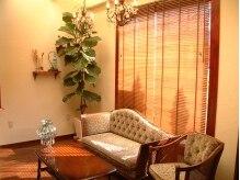 ヘアメイク ホリック(Hair Make HOLIC)の雰囲気(可愛らしい小さなシャンデリアにクラシックなソファや家具。)