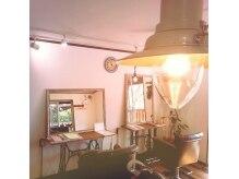 ニコ オーガニックアンドリラクシング(nico organic&relaxing)の雰囲気(クラシカルなミシン台のテーブルも可愛い♪)