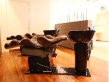理容室 テンスタイル(10Style)の雰囲気(眠りに誘われる、リラックス感MAXのシャンプー・ソファ。)