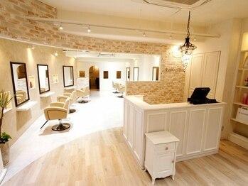 アンベリール(Embellir)の写真/ゆったり落ち着ける居心地の良い空間◎白を基調とした広くて上品な店内で上質なサロンタイムを…♪