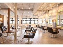 オーブ ヘアー ラトゥール たまプラーザ店(AUBE HAIR latour)の雰囲気(開放感のある明るい店内で、くつろぎの時間をお過ごしください。)