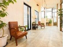シィータ(THETA)の雰囲気(アンティーク家具 とグリーンでゆったり落ち着く待合スペース)