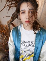 ブロック ジャポン(bloc japon)グロッシーな髪を束ねたエレガントな雰囲気のアップスタイル