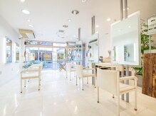 スタジオイチマルイチ(STUDIO101)の雰囲気(白を基調とした明るい店内)