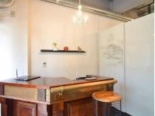 美容室 エニシ(Enishi)の雰囲気(受付はこちらでどうぞ☆温かみのある木製カウンター。)