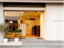 バングララ(BANG RARA)の雰囲気(真っ白の外壁にセンス良いインテリアが垣間見れる入口)