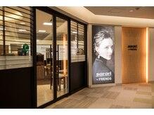 ヘアメイクアンドスパサロン サラリ 幕張店(sarari)の雰囲気(サロン入り口。駅前なのでアクセスもしやすい!)