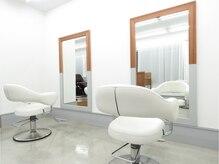 スペースヘアデザイン(SPACE hair design)の雰囲気(手前の店内は、白を基調とした爽やかな空間です☆)
