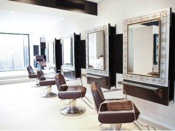 ミューズ おゆみ野店(HAIR & NAIL MUSE)の写真/白を基調とした広くゆったりとした店内◇初めてでも落ち着ける空間で贅沢なひと時を過ごしませんか?