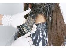 【低アルカリカラー】毛先への負担を避けるための根元と毛先へのカラー剤の塗り分けが最大のPOINT〈銀座〉