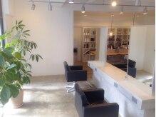 ロスサロン(Ros salon)の雰囲気(席は4席で、明るい雰囲気です。陽の光がとても気持ちいいです。)