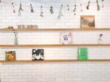 クラップス 綱島店(CLAPS)の雰囲気(白を基調としたレンガの壁が店内を優しい光で包みます。)