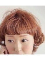 結婚式の厚めバングくせ毛風カールのフレンチガーリーな耳かけボブ画像