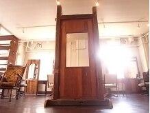 ハナウタ(hanauta)の雰囲気(大きな扉をモチーフにした鏡など、遊びゴコロのある空間♪)