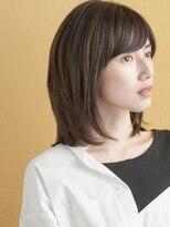 流れる前髪とひし形シルエットのミディアムヘア#モード