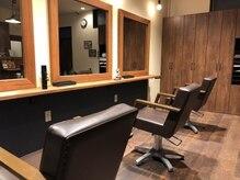 キングズバーバーショップ ツービッツ(King's Barbershop 2-bits)の雰囲気(シンプルで落ち着ける店内。)