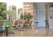 モク ヘアーサロン(moku hair salon)の雰囲気(木の温もりとグリーン溢れる落ち着いた空間 )