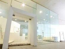 バランス オオミヤ(balance OMIYA)の雰囲気(ガラスで統一された空間は色あせない個性を引き出してくれます)