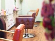 ザン ヘアワークス(zann hair worx)の雰囲気(隣りの席との間隔を広めに取ったソファ席 居心地・雰囲気◎)