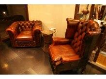 ガロン(GALON)の雰囲気(鉄の床に置かれたアンティーク家具が、重厚感ある雰囲気を演出。)
