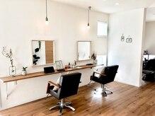 ギーコヘアーサロン(geek hair salon)の雰囲気(シンプルで明るく落ち着いた空間。)