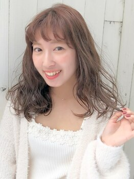 ピーブランズヘアー 大野城コモレビ(P-brandshair onojo Komorebi)の写真/毛先まで柔らかい質感が魅力のゆるふわパーマ。ふんわり揺れるカールが女性らしく優しい雰囲気に―。