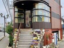 ヘアアンドメイクシュビア(SuBiR)の雰囲気(お花畑のようなかわいらしいお店の入口です)