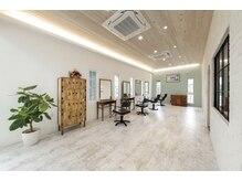 マハロ ヘア リゾート(MAHALO HAIR RESORT)の雰囲気(白を基調とした店内♪ 天然素材の優しい空間です。個室もあり)