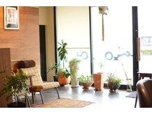 シンクヘアー トイロ(think hair TOIRO)の雰囲気(木と緑でナチュラルな空間です!)