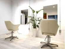 ヘアーサロン メイキング(hair salon MaKiNg)の雰囲気(白を基調とした綺麗な店内)