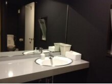 クワフール(coifeur)の雰囲気(トイレは二重扉で落ち着けます。ドレッサー完備。)