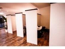 ヘアカラーアンドトリートメント専門店 ヘアカラーカフェ 神崎川店 (HAIR COLOR CAFE)の雰囲気(個室にて気持ちいいシャンプーを行います。)
