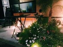 ディオ エティカ エ ベネディカ(DiO etica e benedica)の雰囲気(お店の前に大きなパラソルとヤシの木が目印)