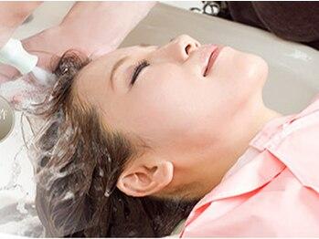 オブハーツ 仙川店(OF HEARTS)の写真/【仙川駅より徒歩1分】しっとりまとまるきれいな髪はきれいな地肌から!炭酸ヘッドスパで根本から美髪へ♪