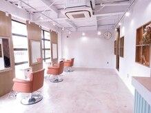 リン ベル ヘアー(RIN BELLE HAIR)の雰囲気(明るくて広々とした空間、白を基調とした清潔感のある店内。)
