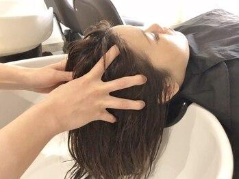 ルシードスタイル リム(LUCIDO STYLE Rim)の写真/ブラウン調の自慢のシャンプーブースで、上質なひと時を…。眠ってしまうほど心地よいヘッドスパを堪能。