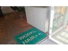 美容室 ワークス ヘアーの雰囲気(グリーンのマットと真っ白のカウンターでお出迎え。)