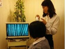 口コミの評価が高いのは髪の健康状態をマイクロスコープで診断して薬剤選定してるから★