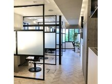 アールサロンアオヤマ(Rr salon AOYAMA)の雰囲気(窓が多く開放的で換気十分の空間!)