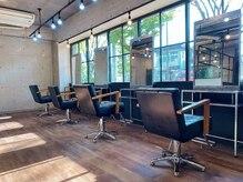 エイトヘアー ガレージ(Eight hair Garage)の雰囲気(たくさんの光が差し込む暖かい店内とシンプルな内装です。)