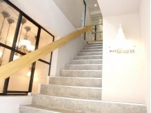 ウィルドレス(WiLL DRESS)の雰囲気(階段を登った先、2階にあります。)