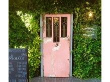 アコット(Acotto)の雰囲気(アンティークの扉が入り口。Hairメニューのお客様はcoteへどうぞ)