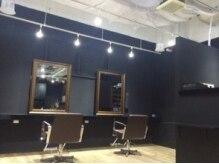ヘアメイク オーツーフォー(hair make O2for)の雰囲気(白と黒を基調の落ち着く店内◆)