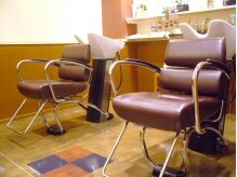 美容室 髪物語の雰囲気(ゆっくり時間が過ごせる落ち着きのある店内。)
