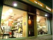 ヘアーアンドカフェ フラワー(Hair&Cafe flower)の雰囲気(木目調の大きな扉が目印―入ると左がcafe・右がヘアサロン♪)