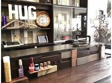 ヘアデザインワークスハグ(HAIR DESIGN WORKS HUG)の雰囲気(「西海岸cafe&Bar」をイメージしたレセプションカウンター。)