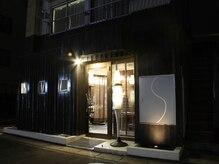 セビリア(SEVILLA)の雰囲気(夜になると中からの光がお店の目印になります。)