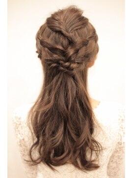 ねじりハーフアップヘアアレンジ(結婚式の髪型) イスラ ポル エッフェ ISLA por EFFE【ISLA】 ハーフアップ
