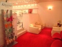 フルフルルーナ ジョイパーク 泉ヶ丘店(FulFulLuna)の雰囲気(赤いフカフカ絨毯と、すっぽり包みこんでくれるソファー…)