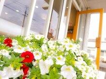 美容室ビィガーデンの雰囲気(お店の外には綺麗に咲いたお花が出迎えています*)